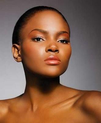 Femme noire à la peau claire nue